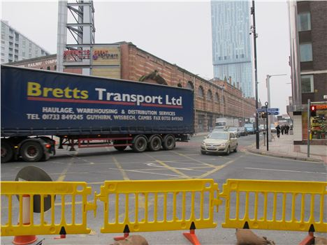 Car nips round the lorry - three vehicles get through including the lorry before light change